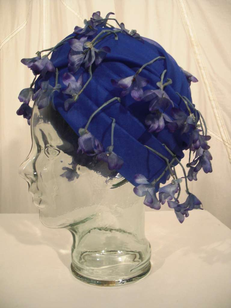 1960s Cathay of California Cobalt Blue Turban Hat w/ Violet Flowers In Excellent Condition For Sale In San Francisco, CA