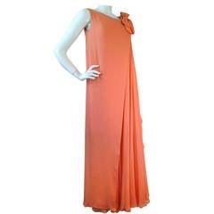 1960er Jahre Plissee Sarmi Seidenchiffon Kleid Melonenfarben w / Overlay-Effekt