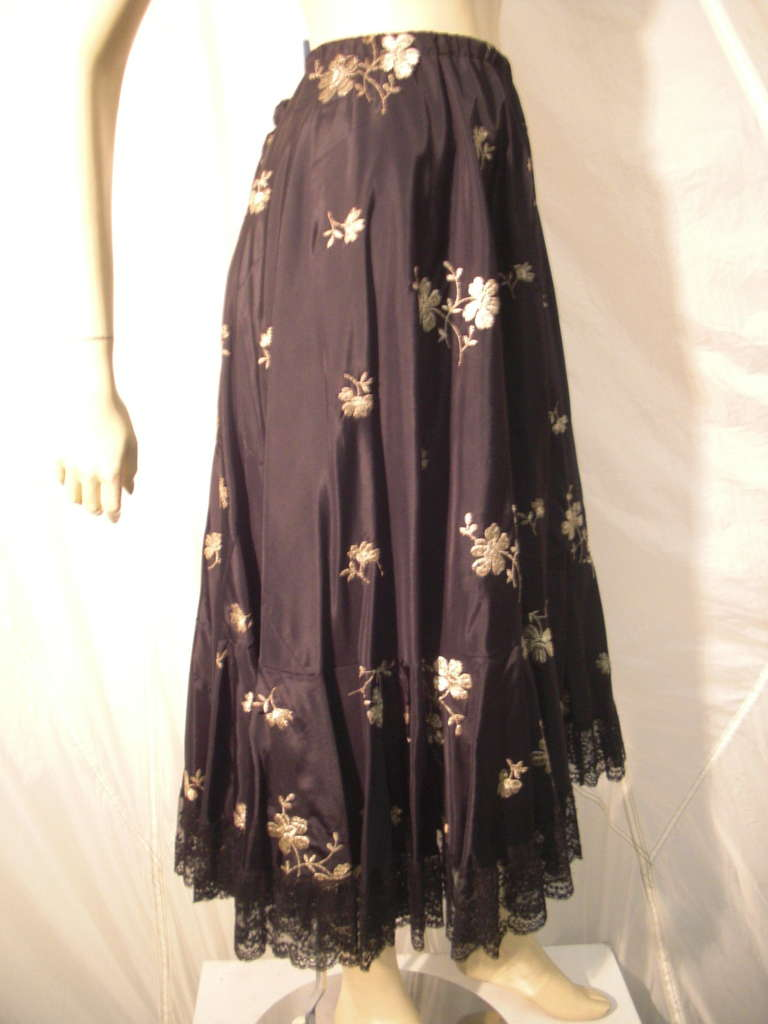 1950s  Lame Embroidered Taffeta Slip Skirt w/ Ruffle and Lace Trim In Excellent Condition For Sale In San Francisco, CA