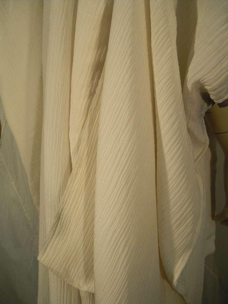 1970s White Traditional Kimono of Micro-Pleated Silk w/ Red Obi For Sale 5