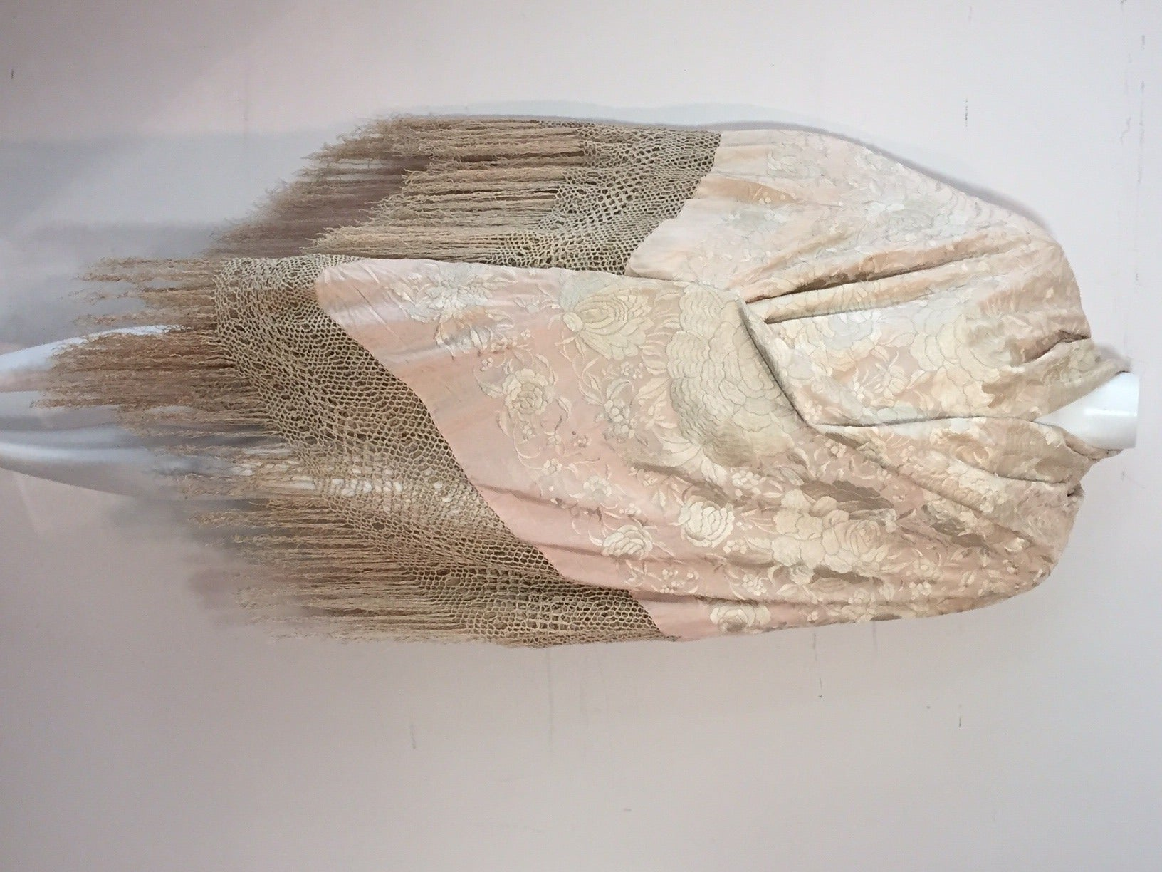 1920s Cantonese Embroidered and Fringed Silk Shawl in Blush and Pearl For Sale 4
