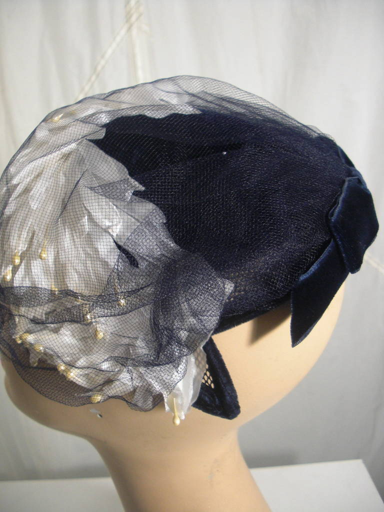 1950s White and Black Faux Feather and Pearl Cocktail Hat with Veil For Sale 2