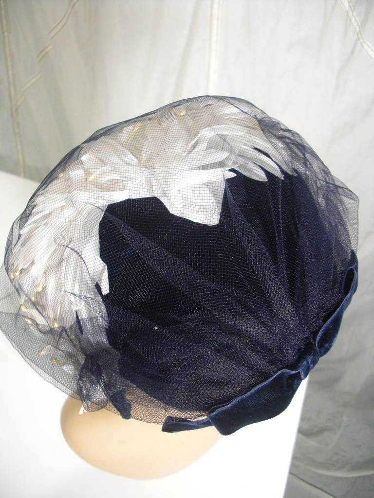 1950s White and Black Faux Feather and Pearl Cocktail Hat with Veil For Sale 3