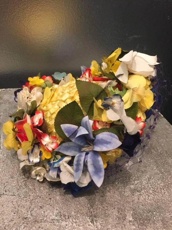 1950s Chanda Pale Yellow Straw Hat Trimmed in Beautiful Multicolor Flowers For Sale 2