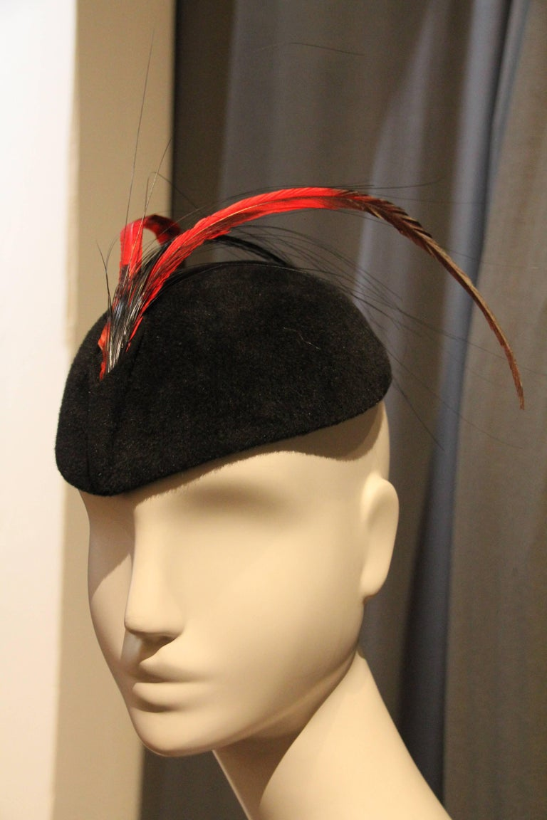 1960s Frank Olive Black Felt Tilt Hat with Red and Black Feather Trim In Excellent Condition For Sale In San Francisco, CA