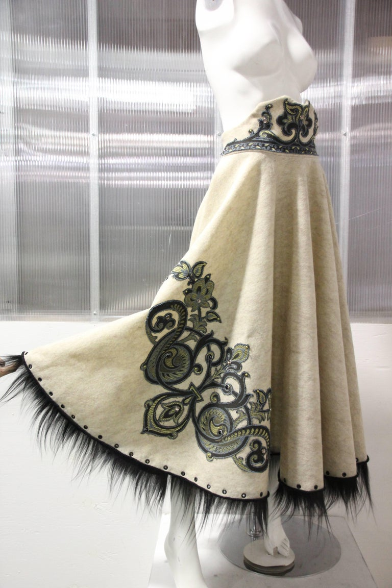 1950s-Style Felt Circle Skirt w Scroll-Work Applique and Black Fur Trim In Excellent Condition For Sale In San Francisco, CA