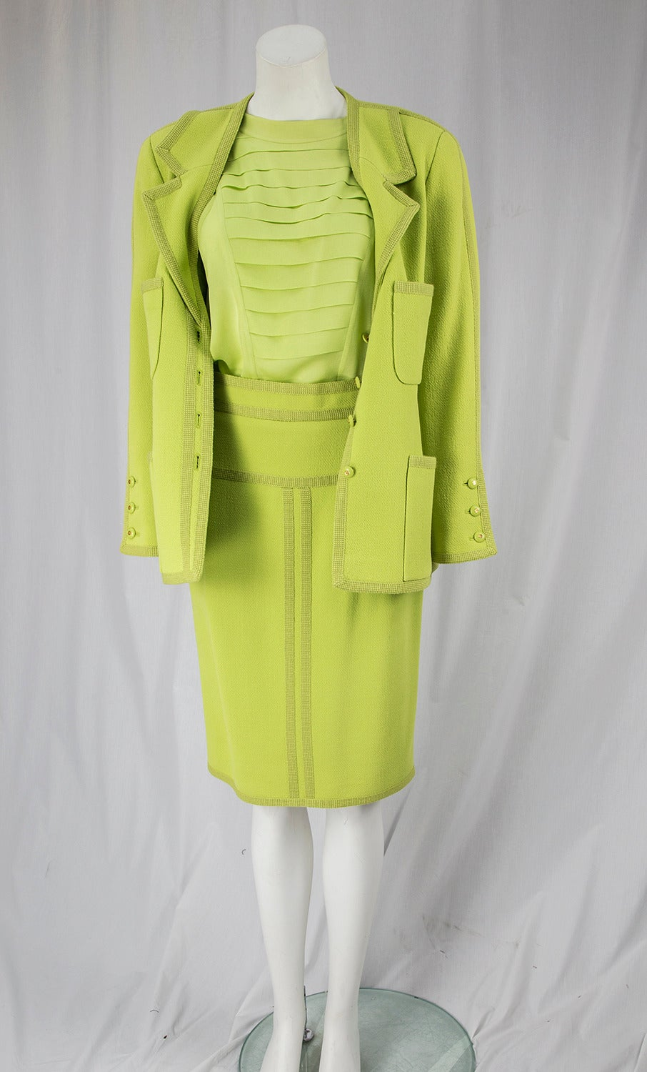 CHANEL BOUTIQUE Chartreuse Green Suit Signature Chanel In Excellent Condition For Sale In Montreal, QC