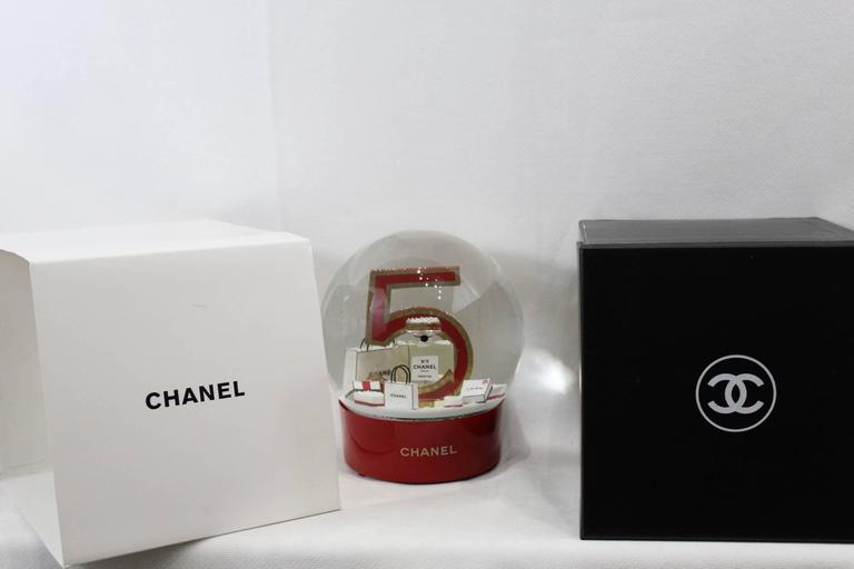 Collectible Chanel Christmas Snowballl Dome from Chanel N°5.  It is an automatic dome that gets rehcarge by USB  Sold with USB wire  Box and outer box  Excellent conditon