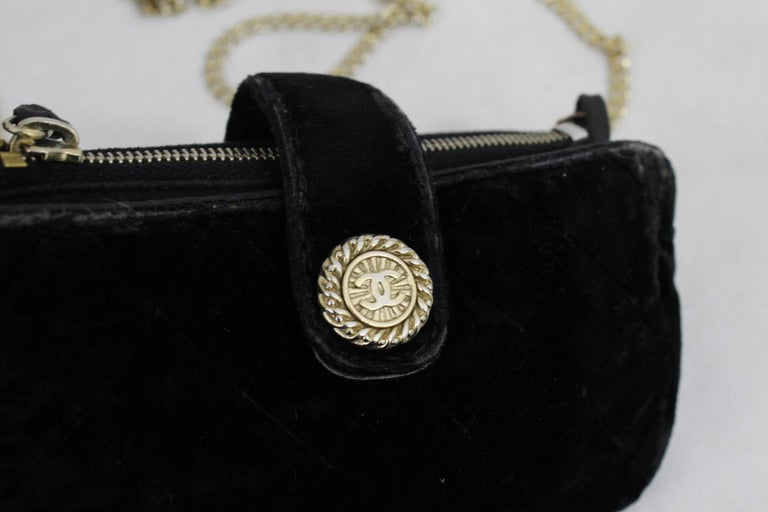 Nice Vintage Chanel Medaillon Micro velvet Bag with golden chain.  Vintage bag iss fair/good condition, no major defect but signs of wear.  One zipped pocket   Size 5.5x3 inches