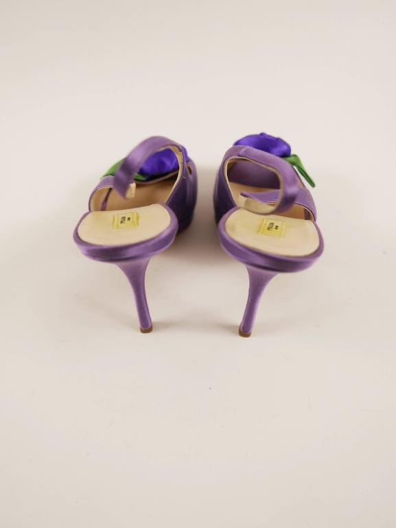 These feminine and authentic Prada pumps shoes are in purple satin and covered with large rose.