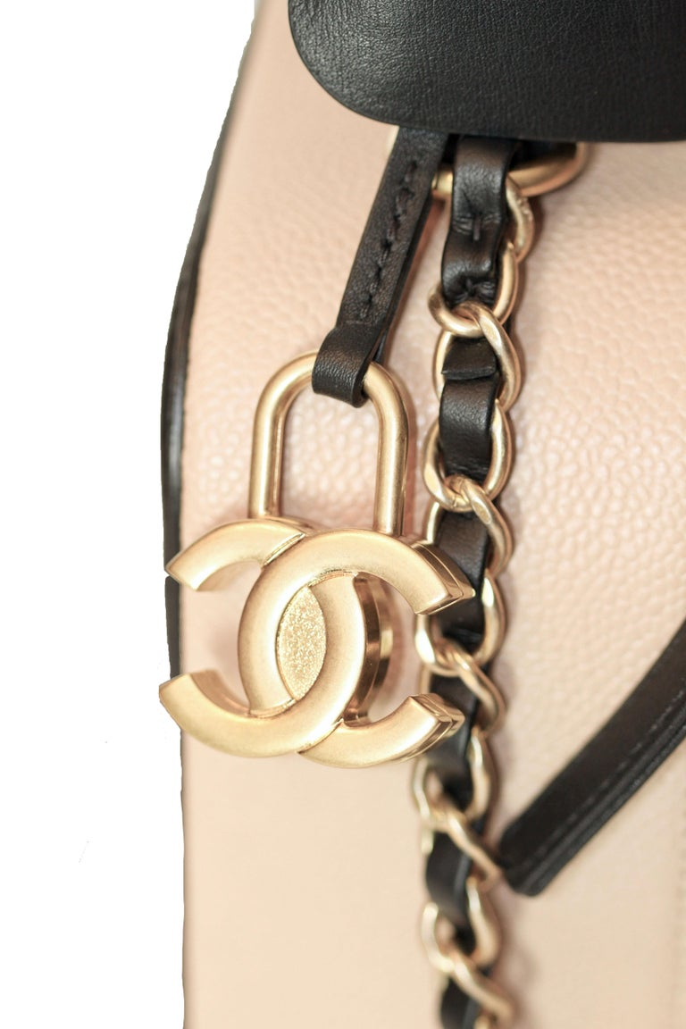 6350096fd42a1f CHANEL CC Filigree Vanity Case Nude / Black Grained Leather For Sale 9