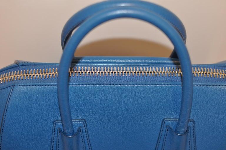 Superb Givenchy Sugar Goatskin Medium Electric Blue Antigona handbag  In Excellent Condition For Sale In Port Hope, ON