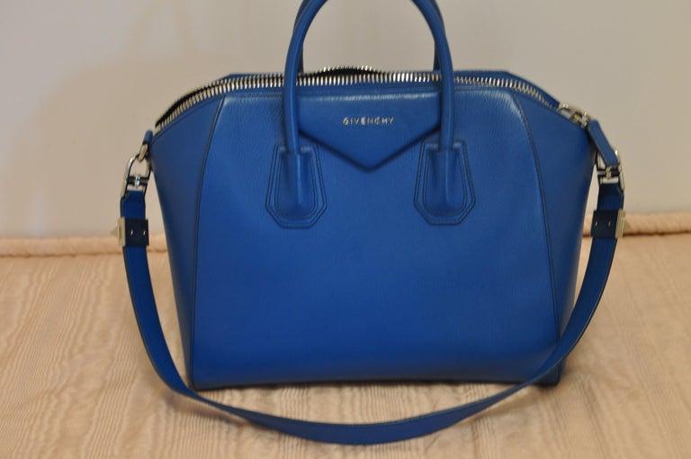 Superb Givenchy Sugar Goatskin Medium Electric Blue Antigona handbag  For Sale 3