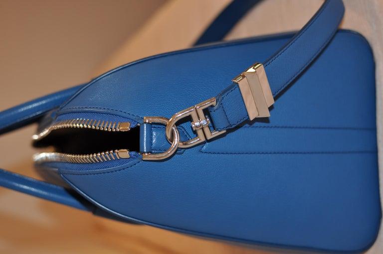 Superb Givenchy Sugar Goatskin Medium Electric Blue Antigona handbag  For Sale 5