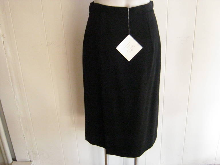 Muse and designer, this Ines de la Fressange skirt is simple and elegant, made of 100% wool and a logo bemberg lining.  There are two longish slits (16