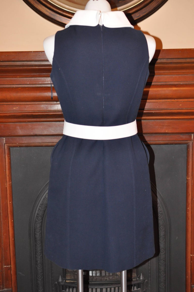 Belted shift dress with a contrast white button down collar; detachable white belt with a golden buckle (Michael Kors incised); two front circular buttoned pockets; and a concealed center back zipper. This dress is made of 100% cotton which feels