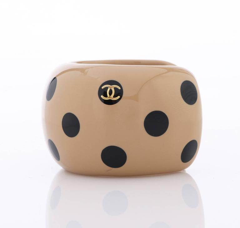 CHANEL Autumn 2000 CC Emblem Wide Tan Camel Black Polka Dot Resin Cuff Bracelet For Sale 3