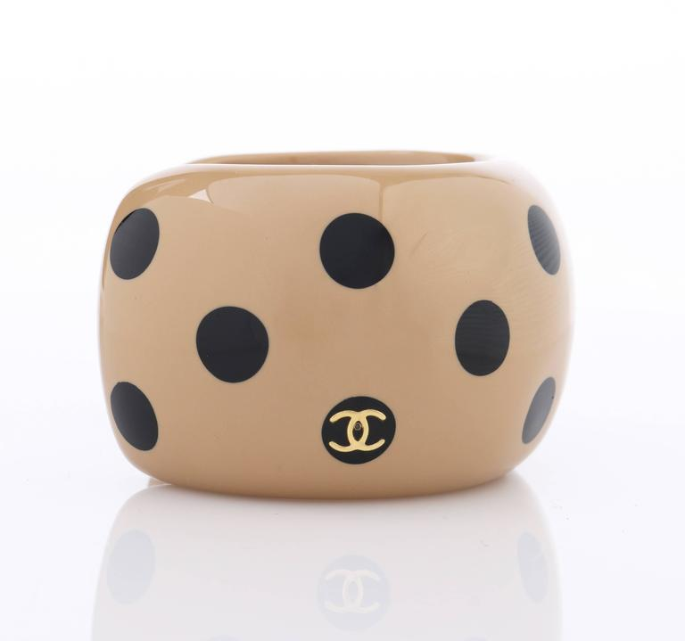 Women's CHANEL Autumn 2000 CC Emblem Wide Tan Camel Black Polka Dot Resin Cuff Bracelet For Sale