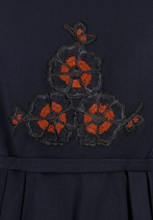EDWARDIAN c.1910's WWI Navy Blue Wool Floral Embroidered Pleated Peplum Jacket For Sale 3