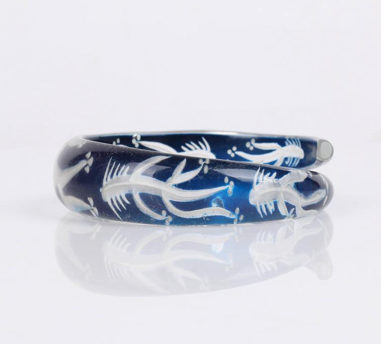 c.1930s-1940s Blue Plastic Lucite Reversed Handcarved Fish Bone Bangle Bracelet For Sale 1