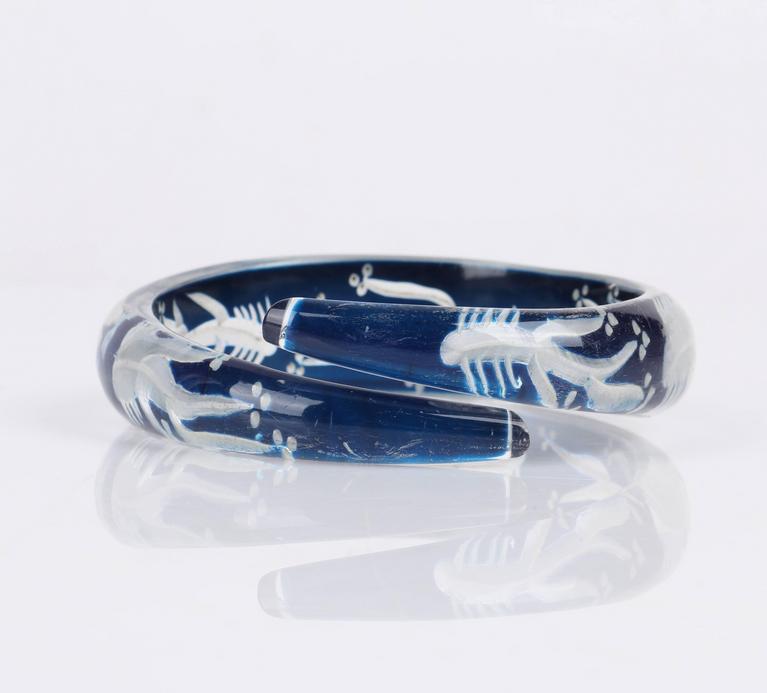 Women's c.1930s-1940s Blue Plastic Lucite Reversed Handcarved Fish Bone Bangle Bracelet For Sale