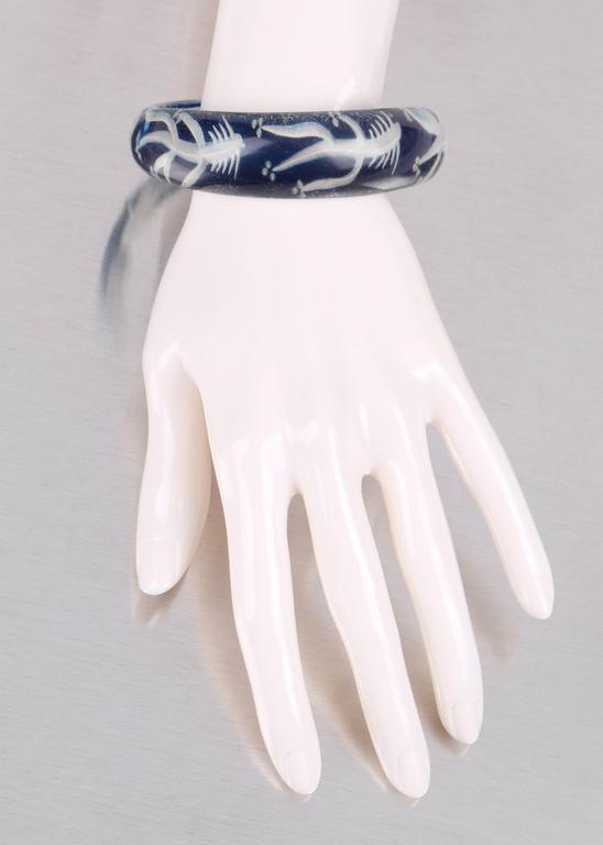 c.1930s-1940s Blue Plastic Lucite Reversed Handcarved Fish Bone Bangle Bracelet For Sale 2