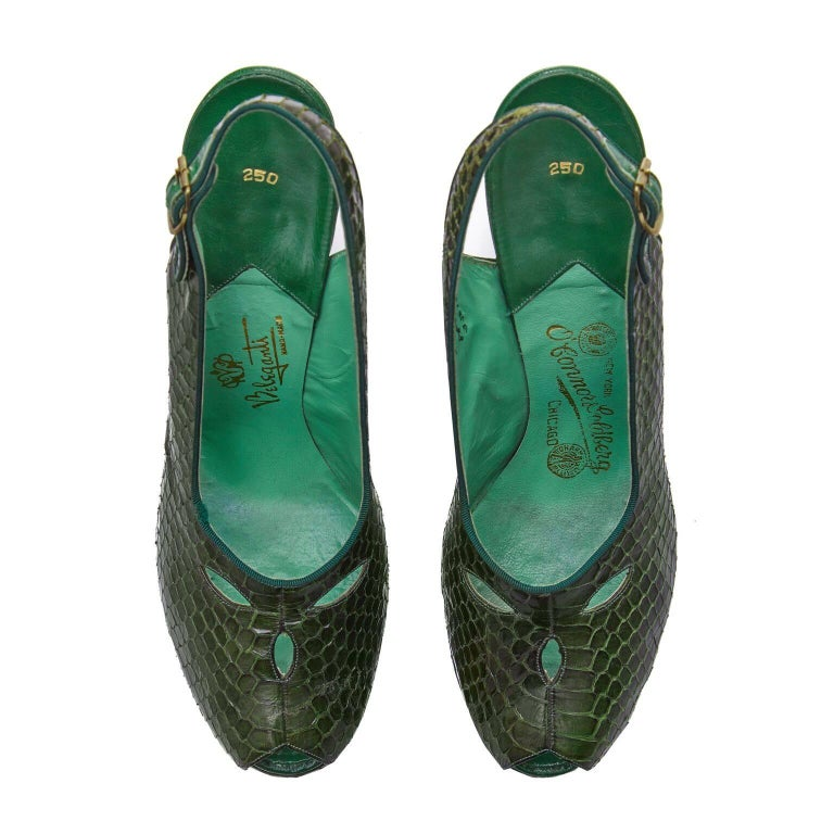 These incredible 1940s green snakeskin slingback shoes are designed by Belegante NYC and are of excellent quality and in superb condition. Beautifully designed, the shoes have a 4