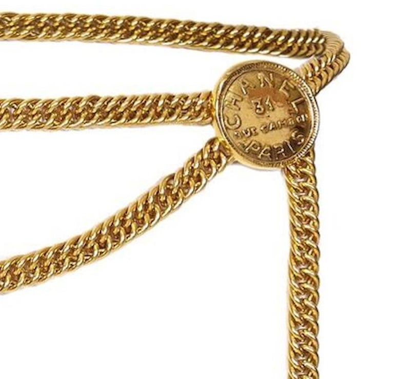 Chanel 1980s 31 Rue Cambon Gold Chain Belt with Embossed Medallions & Dog-tag In Excellent Condition For Sale In London, GB