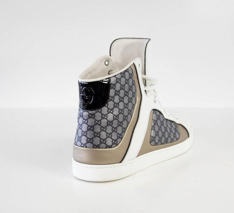 Gucci Men's White Monogram GG Grey High Top Sneaker  9.5 G  In Excellent Condition For Sale In Miami, FL
