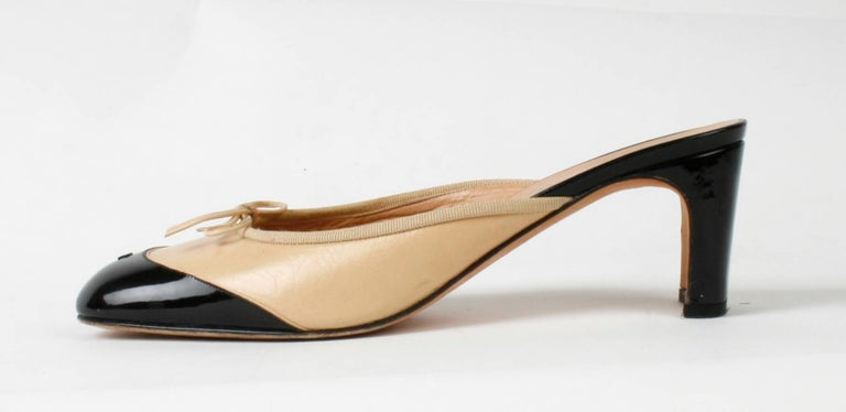 Chanel Black and Beige Ballet Slipper Mules In Good Condition For Sale In Kinderhook, NY