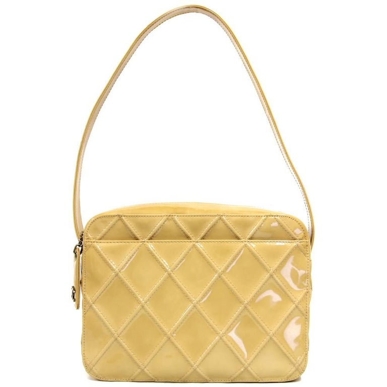 Classy Chanel shoulder bag in painted beige leather with a comfortable handle that makes it ideal to carry on the shoulder. Features a zip closure and a pocket on the back. Good conditions.  Measurements:  22 cm x 16.5 cm x 8 cm