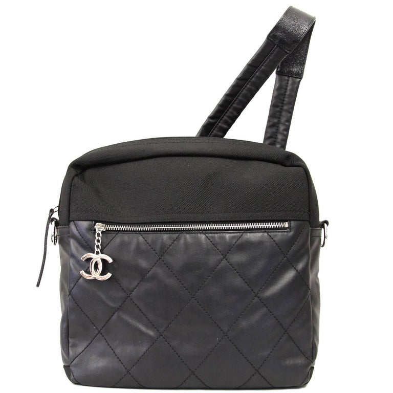 Supercool Chanel backpack in black leather and nylon with silver hardware. According to the code (12225914) it was produces between 2008 and 2009. It features an external zipped pocket with a logoed charm, one internal zipped pocket e and a key