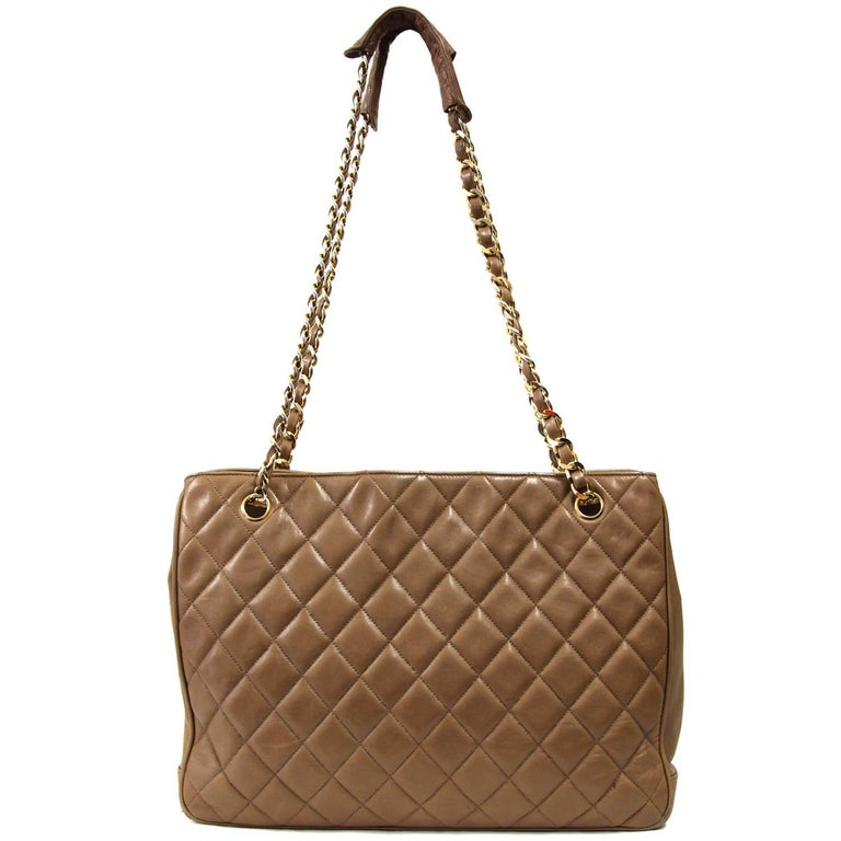 Chanel matelassé bag in brown leather with three internal pockets, metal chain handles and leather handles on the top. According to the code (1536212) the bag was produced between 1989 and 1991. The item is vintage: it shows some scratches on the