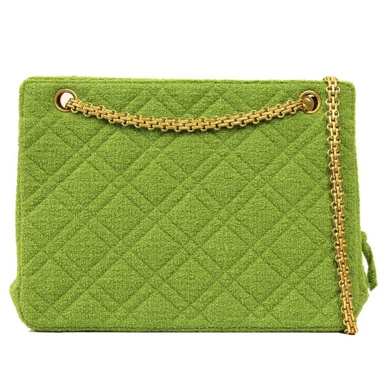 Acid green wool boucle shoulderbag by Chanel featuring gold hardware, double shoulderstrap and internal removable coin purse. This bag comes with authenticity card and original dustbag. According to the internal code (3725344), it dates back to 1994