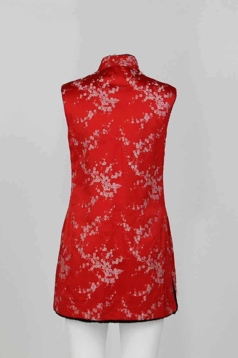 Artisanal vest, featuring side slits, internal lapin fur and a delicate oriental floral pattern. This beautiful item was carefully handmade in China, during the 1960. Approximately, it is a size 44. It is in good conditions.
