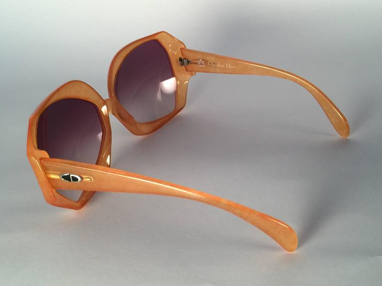 New Vintage Christian Dior 2025 30 Jaspe Amber Jerry Hall Optyl Sunglasses In New Condition For Sale In Amsterdam, Noord Holland