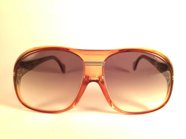 New vintage Zeiss Marwitz sports oversized frame 8050 59.   Two shades of clear Amber frame holding a pair of light brown gradient lenses.  Comes with its original Zeiss soft sleeve and sports cord.   Made in West Germany