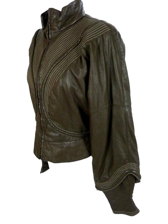 Gianfranco Ferrè – women's jacket in 100% brown leather. 1980s model in the style of a motorcycle jacket with ample sleeves.   Size: 46 (IT), 40 (DE/NL)  Shoulders: 46 cm  Armpit to armpit: 53 cm.  Sleeves: 60 cm  Length: 60 cm   Composition: 100%
