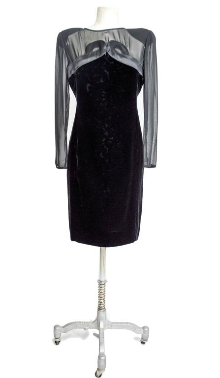 Valentino 1980's vintage evening gown dress, with relief velvet accents on the front, transparent silk sleeves and bust, an item of rare elegance. In excellent condition, like new.   Black – silk and velvet – size 46 (IT) = 40