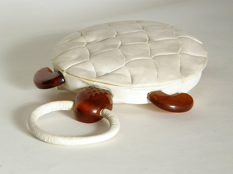 Turtle Shaped Handbag in Cream Leather and Carved Bakelite  For Sale 2