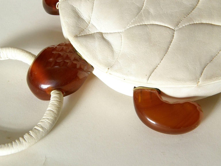 Turtle Shaped Handbag in Cream Leather and Carved Bakelite  For Sale 4