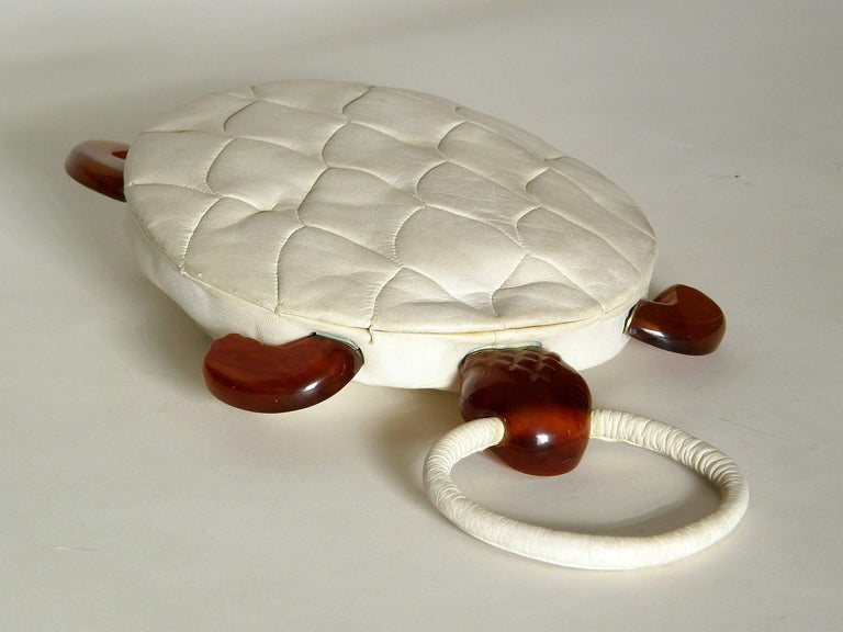Turtle Shaped Handbag in Cream Leather and Carved Bakelite  For Sale 3