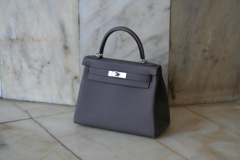 HERMES Kelly Togo 28' Etain, Métal hardware, comes with complete packaging and accessories, original invoice.
