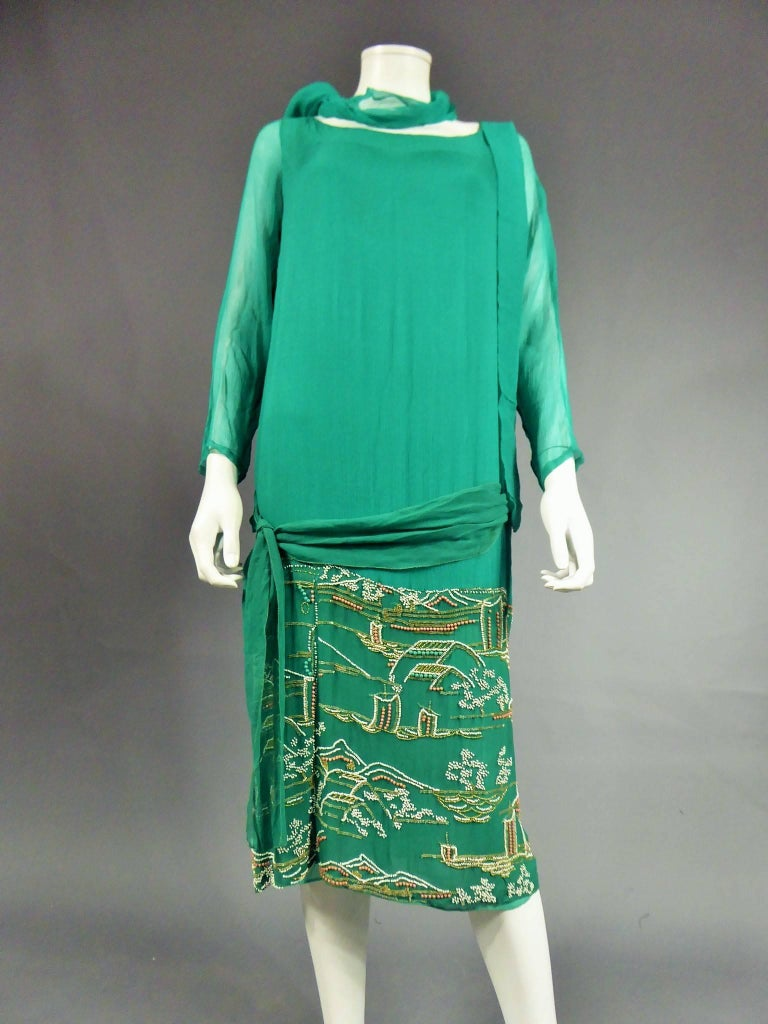 Japanese Art Deco embroidered silk crepe Haute Couture Dress France, Circa 1925 In Excellent Condition For Sale In Toulon, FR