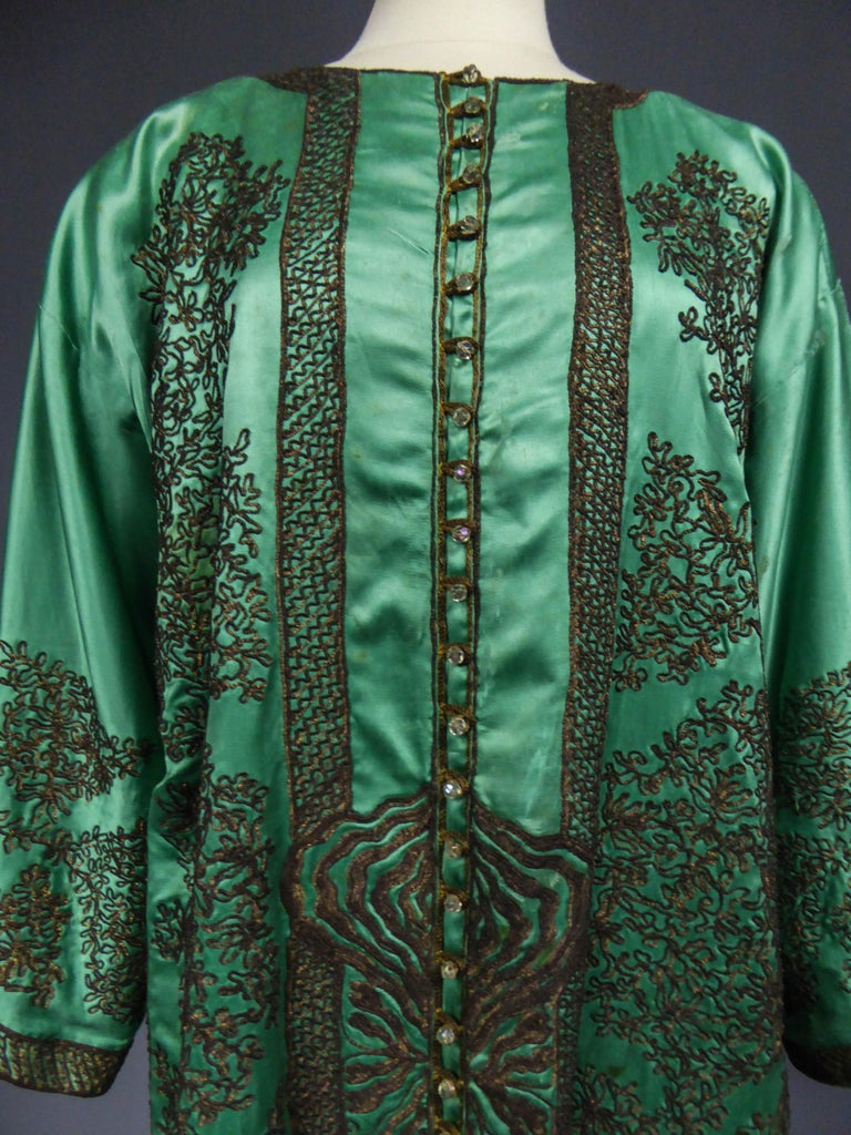 Babani Couture Kaftan or Party Kimono in green satin with appliqué, circa 1915 In Excellent Condition For Sale In Toulon, FR