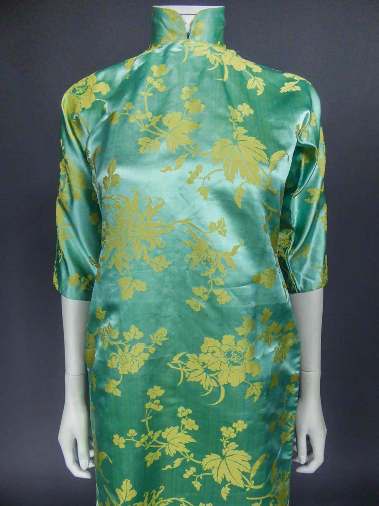 Gray Chinese Qipao in sky-blue and straw-yellow silk damask, Circa 1950 For Sale