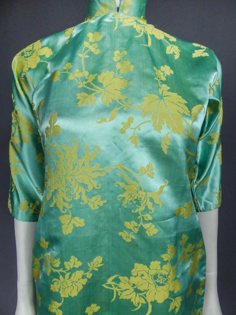 Chinese Qipao in sky-blue and straw-yellow silk damask, Circa 1950 In Excellent Condition For Sale In Toulon, FR