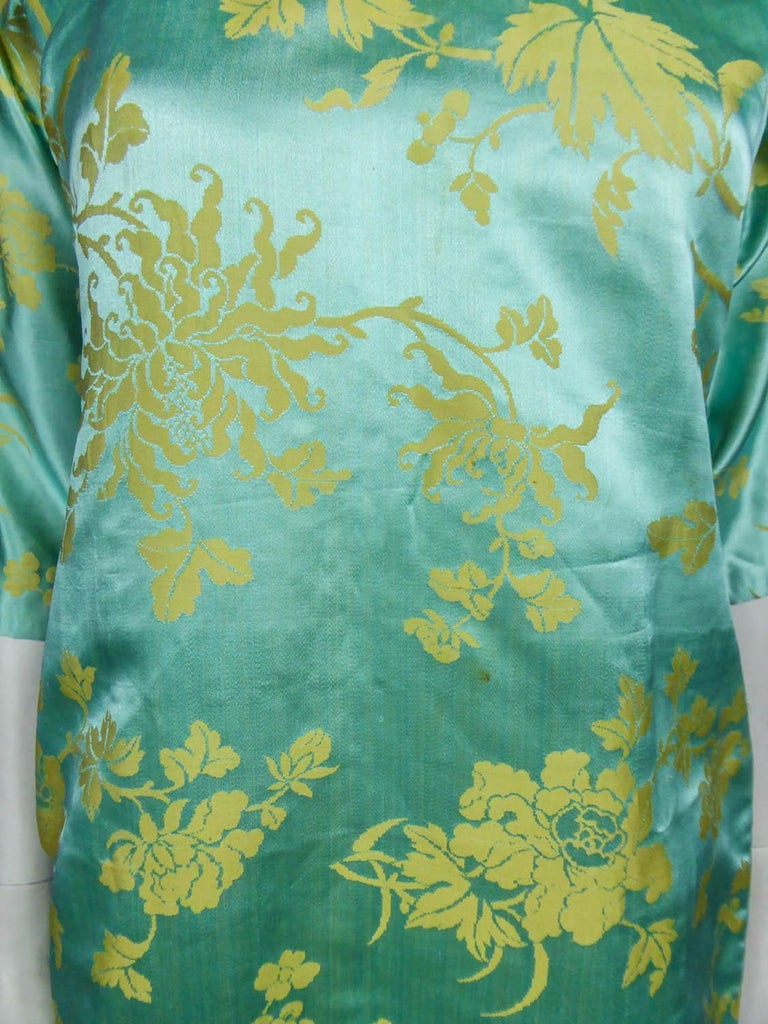 Women's Chinese Qipao in sky-blue and straw-yellow silk damask, Circa 1950 For Sale
