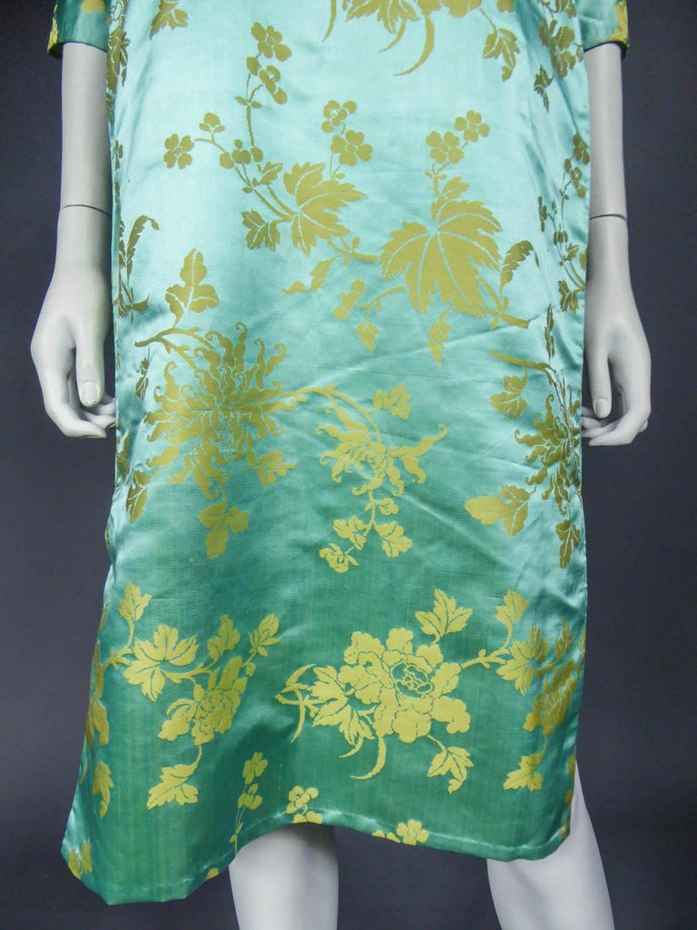 Chinese Qipao in sky-blue and straw-yellow silk damask, Circa 1950 For Sale 1