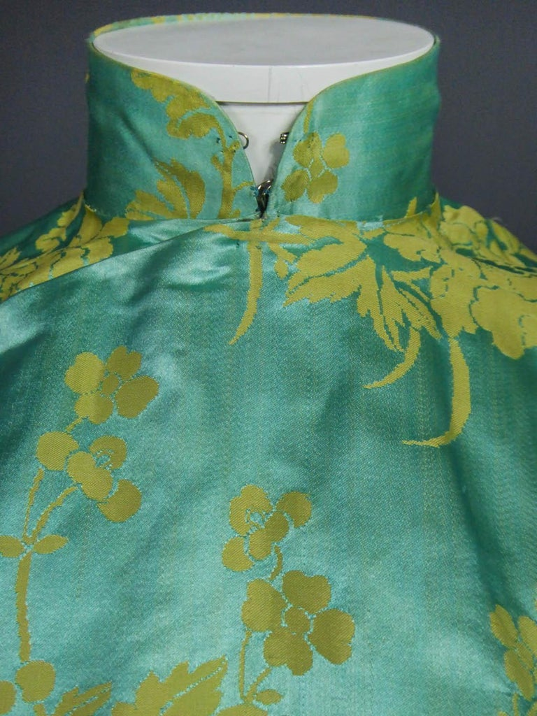 Chinese Qipao in sky-blue and straw-yellow silk damask, Circa 1950 For Sale 2